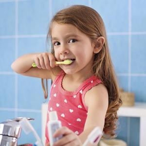 nina-lavandose-los-dientes_image_fullblock